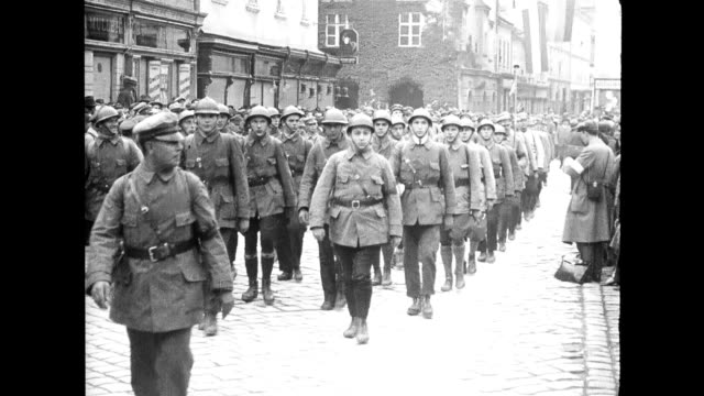 soldiers, recruits march though city streets, cheered on by large crowds. vienna leading up to wwi on january 01, 1914 in vienna, austria - austria video stock e b–roll