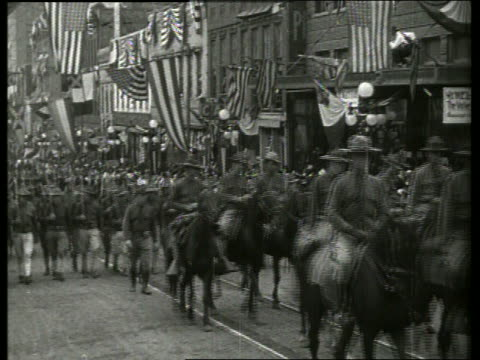 b/w soldiers riding horses and marching in parade / vicksburg mississippi / no - arbeitstier stock-videos und b-roll-filmmaterial