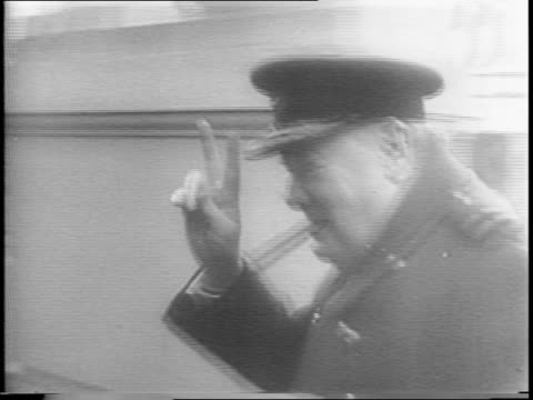 vidéos et rushes de soldiers running / british fighter plane attacks rebel positions / british foreign secretary anthony eden looks through binoculars / soldiers... - 1945