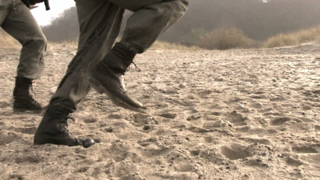 stockvideo's en b-roll-footage met soldiers running on sand steadycam hd - leger thema