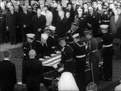 vidéos et rushes de b/w 1963 soldiers sailors folding american flag over jfk's coffin at burial / arlington cemetery - marinière