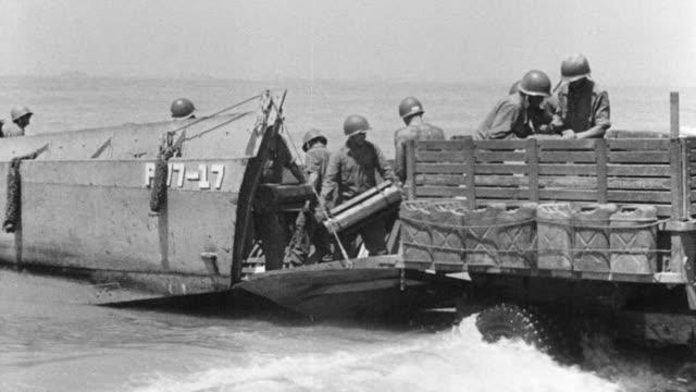 vídeos de stock, filmes e b-roll de ws soldiers shifting army weapons  - navio de desembarque de doca