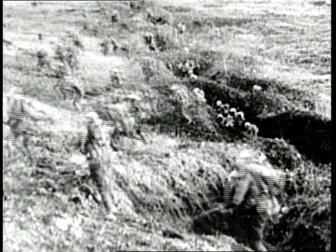 vídeos y material grabado en eventos de stock de soldiers shoot from trenches and then run across a battlefield during world war i. - infantería