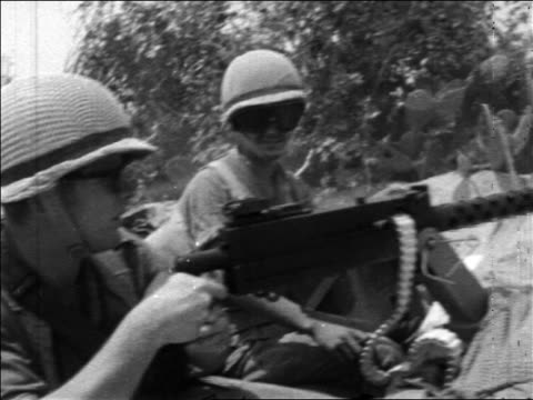 view 2 soldiers shooting machine gun in desert in six day war / newsreel - sechstagekrieg stock-videos und b-roll-filmmaterial