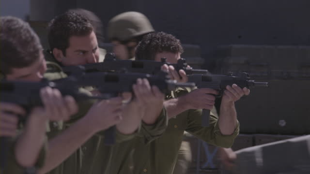 stockvideo's en b-roll-footage met soldiers shooting with assault rifles during a training exercise. - bewaken
