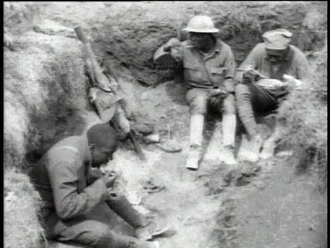 wwi soldiers sitting and eating in trenches - erster weltkrieg stock-videos und b-roll-filmmaterial