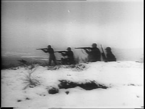 vídeos de stock e filmes b-roll de soldiers string barbed wire during blizzard / soldiers eat during snow storm / artillery strikes targets / soldiers hunt for snipers on ground /... - infantaria