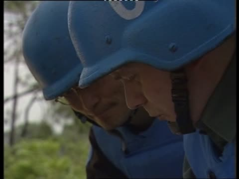 un soldiers surveying mountain region - 平和維持点の映像素材/bロール