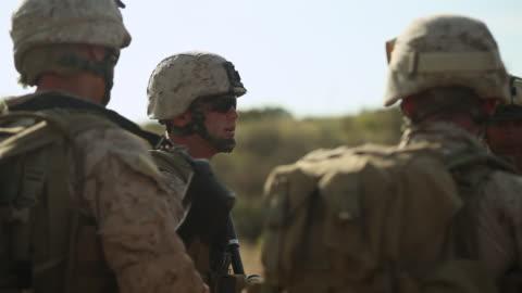 vidéos et rushes de ms soldiers talking each other audio / camp pendleton, ca, united states - armée américaine