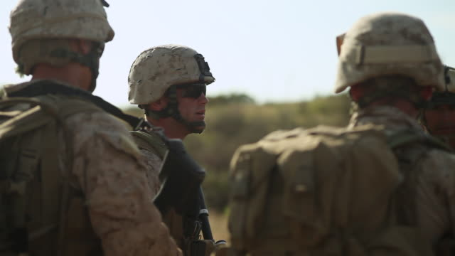 vídeos de stock e filmes b-roll de ms soldiers talking each other audio / camp pendleton, ca, united states - soldado exército