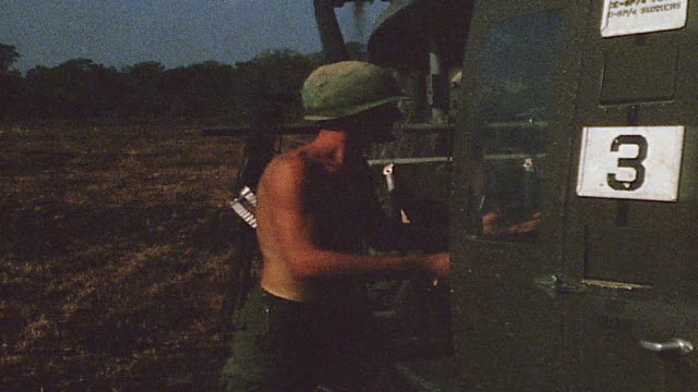 soldiers unloading supplies from helicopter / vietnam - formato panoramico con bande nere video stock e b–roll