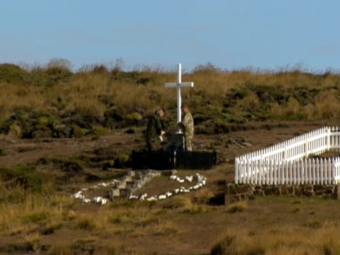 soldiers visiting grave on 30th anniversary of falklands - isole dell'oceano atlantico video stock e b–roll