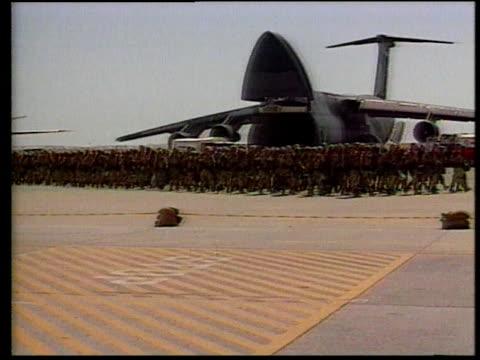 soldiers walking past plane / vehicle carrying cargo / soldiers in formation - operation desert storm bildbanksvideor och videomaterial från bakom kulisserna