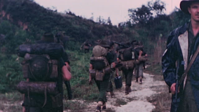 anzac soldiers wearing dusters and campaign hats marching along jungle path / the philippines - stillahavskriget bildbanksvideor och videomaterial från bakom kulisserna