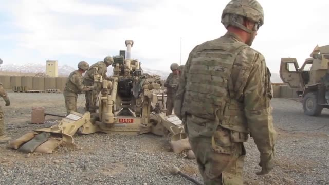 soldiers with 1st battalion 76th field artillery regiment 4th infantry brigade combat team 3rd infantry division fire the m777 howitzer in order to... - grunzer stock-videos und b-roll-filmmaterial