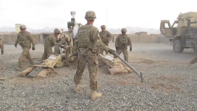 vídeos de stock e filmes b-roll de soldiers with 1st battalion 76th field artillery regiment 4th infantry brigade combat team 3rd infantry division fire the m777 howitzer in order to... - haemulon bonariense
