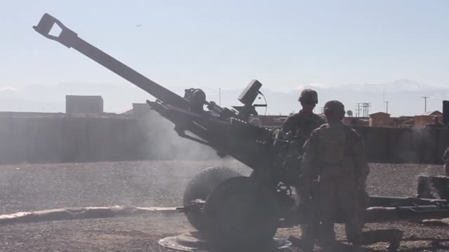 soldiers with 1st battalion 76th field artillery regiment 4th infantry brigade combat team 3rd infantry division fire the m119 howitzer in order to... - フォートスチュワート点の映像素材/bロール