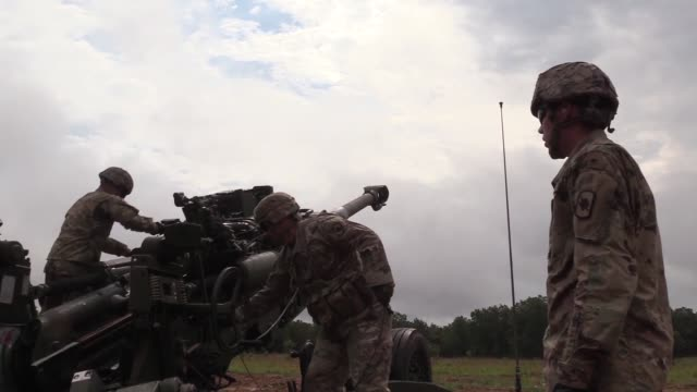 vídeos de stock e filmes b-roll de soldiers with arkansas national guard fire newly issued m777a2 towed 155mm howitzers during a live fire training exercise at fort chaffee joint... - infantaria