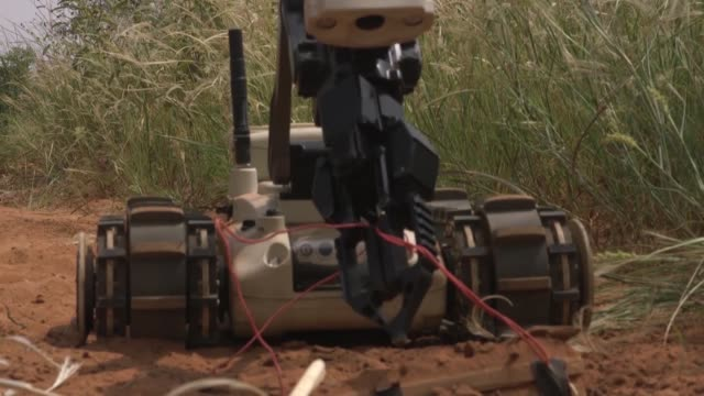 soldiers with explosive ordnance disposal team conduct a training exercise at nigerien air base 101, niamey, niger on october 4 2018. - ニアメ点の映像素材/bロール