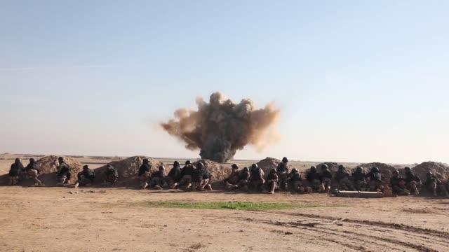soldiers with explosive ordnance disposal team train students in the iraqi counter-terrorism service's second school in explosive ordnance disposal... - イラク点の映像素材/bロール
