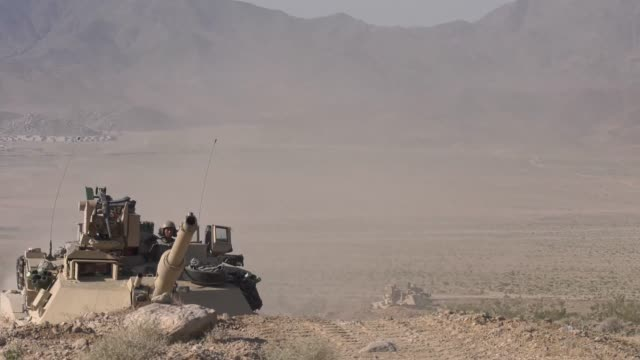 soldiers with idaho army national guard conduct live fire training exercise with m1a2 abrams battle tanks and m2a3 bradley fighting vehicles at fort... - 酋長点の映像素材/bロール