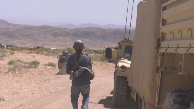 stockvideo's en b-roll-footage met soldiers with idaho army national guard convoy to their positions at the national training center fort irwin california on 31 may 2019 - commercieel landvoertuig