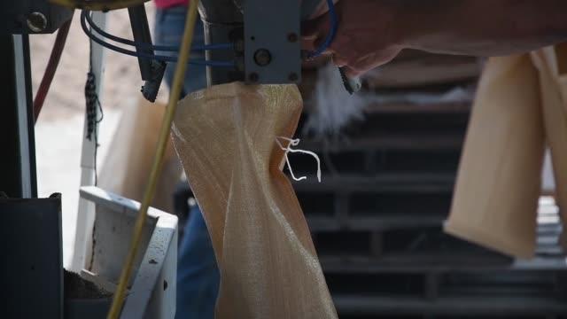 vídeos de stock e filmes b-roll de soldiers with missouri air national guard assist citizens with sand bagging during flood relief efforts in hardin missouri 2 june 2019 - planeamento civil de emergência