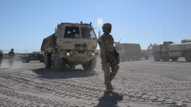 vidéos et rushes de soldiers with north carolina national guard deployed for operation hickory sting load up and move out of national training center fort irwin... - véhicule utilitaire léger