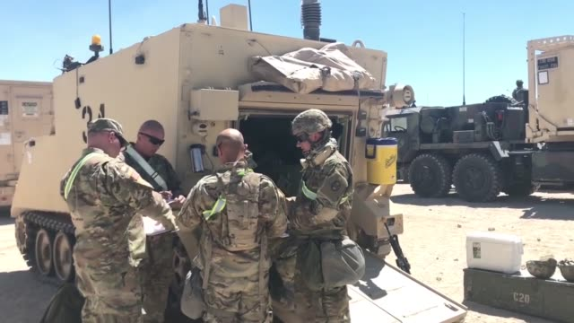 vidéos et rushes de soldiers with north carolina national guard deployed for operation hickory sting depart national training center fort irwin california to conduct... - véhicule utilitaire léger