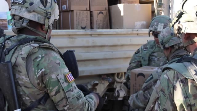 stockvideo's en b-roll-footage met soldiers with north carolina national guard deployed for operation hickory sting depart national training center fort irwin california to conduct... - infanterie