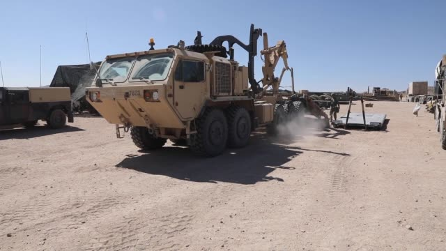 soldiers with north carolina national guard deployed for operation hickory establish a tactical operation center at fort irwin california to conduct... - infanterie stock-videos und b-roll-filmmaterial