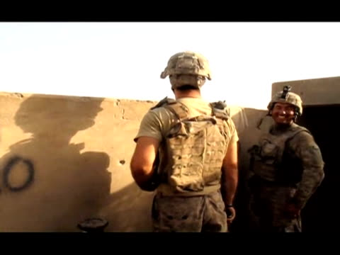 us soldiers with the 101st airborne division alpha battery 1320th battle insurgents on the outskirts of the southern afghan village of jelawar in the... - kandahar bildbanksvideor och videomaterial från bakom kulisserna