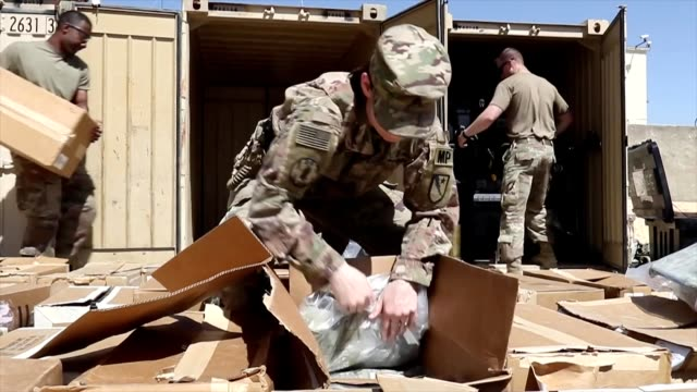vídeos y material grabado en eventos de stock de soldiers with the 236th military police company, special troops battalion, 3rd infantry division resolute support sustainment brigade, conduct... - bagram