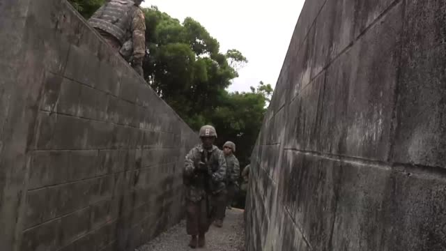 soldiers with the tenth regional support group practice defending an area from a potential threat to ensure mission readiness - 迷彩柄点の映像素材/bロール