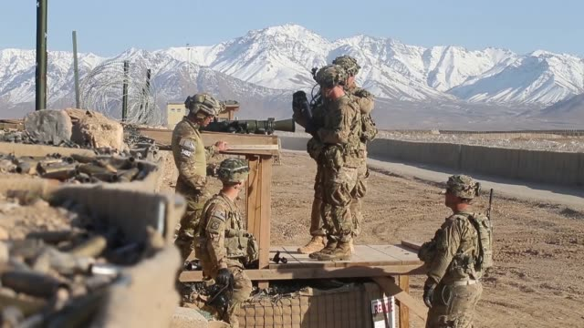 vídeos de stock e filmes b-roll de ls soldiers with the us army's 2nd battalion 87th infantry regiment 3rd brigade 10th mountain division test fire weapons on the range at forward... - infantaria