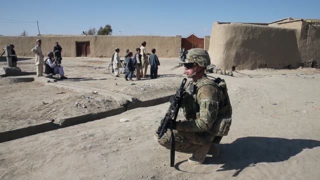 vidéos et rushes de soldiers with the us army's 4th squadron 2d cavalry regiment keep watch during a patrol mission on february 27 2014 near kandahar afghanistan - kandahar