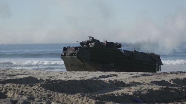 vídeos de stock, filmes e b-roll de soldiers with the western army infantry regiment japan ground self defense force conduct an amphibious assault onto red beach and clear a simulated... - veículo anfíbio