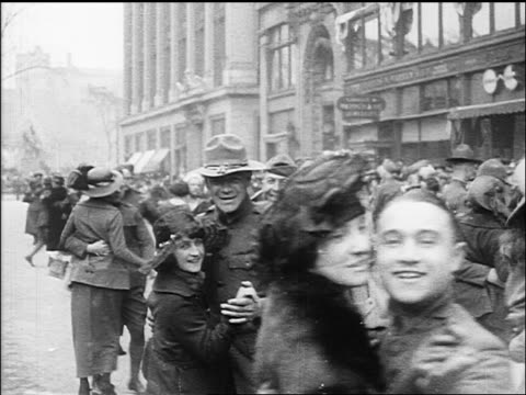vidéos et rushes de b/w 1918 soldiers women dancing in streets celebrating end of ww - 1918