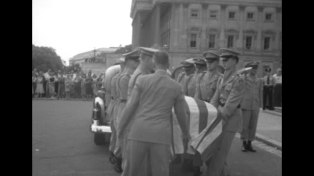 stockvideo's en b-roll-footage met vs solemn crowd stands outside / honor guard waits near steps of us capitol / ws hearse pulls up in front of capitol / ms honor guard removes... - opgebaard liggen