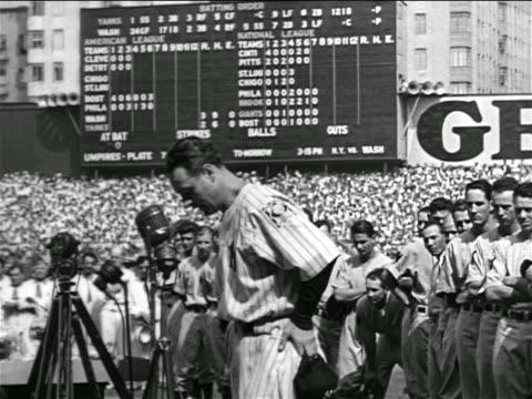 vídeos y material grabado en eventos de stock de b/w 1939 solemn lou gehrig standing at microphone struggling to talk / farewell speech - uniforme de béisbol