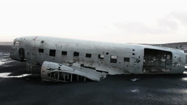 vídeos de stock e filmes b-roll de solheimasandur plane wreck scenery of iceland - acidente de avião