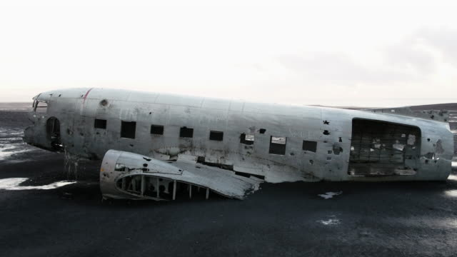 solheimasandur plane wreck scenery of iceland - 航空事故点の映像素材/bロール