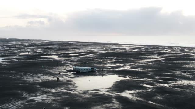 solheimasandur plane wreck scenery of iceland - flugzeugabsturz stock-videos und b-roll-filmmaterial