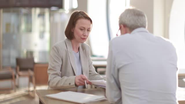 vidéos et rushes de solicitor meeting with client - héritage