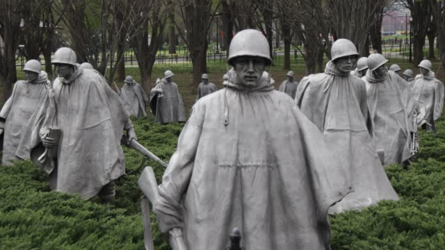 vídeos de stock, filmes e b-roll de solider statues stand at korean war veterans memorial april 1 2020 in washington dc the district of columbia has joined other states and territories... - maryland estado