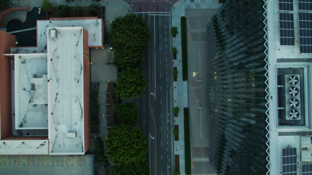 solitary cars on silent streets in downtown los angeles during covid-19 lockdown - top down drone shot - los angeles county stock-videos und b-roll-filmmaterial