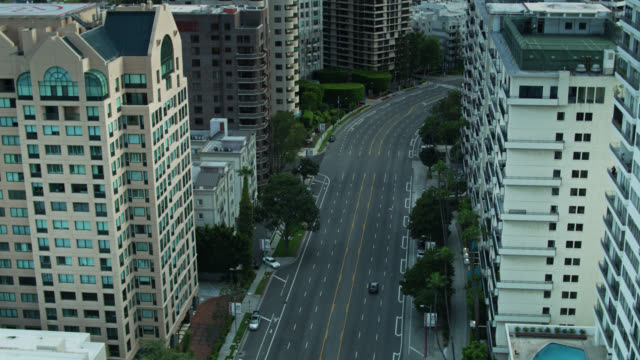solitary cars on wilshire boulevard, los angeles during covid-19 lockdown - lockdown stock-videos und b-roll-filmmaterial