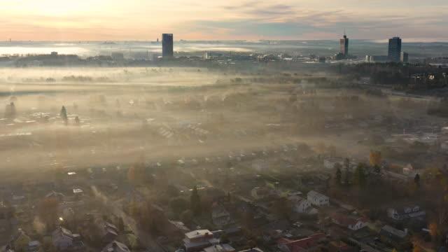 ソレンチュナ霧の秋の日、ドローン、日の出から見た - 飛行機の視点点の映像素材/bロール