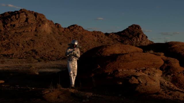 vídeos de stock e filmes b-roll de solo cosmonaut - extraterrestre