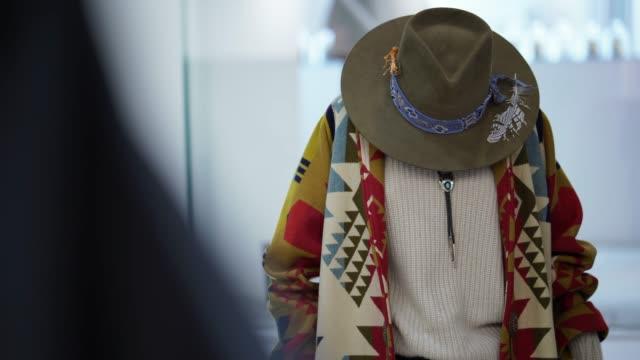 vídeos y material grabado en eventos de stock de solo tiro de atuendo étnico en una tienda de ropa - accesorio de cabeza